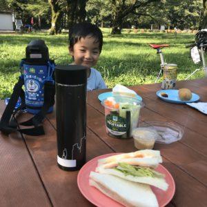 公園の朝食